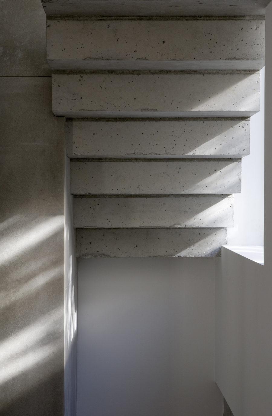 Detalle de la escalera de hormigón doble peldañeada, sede ÁBATON Arquitectura