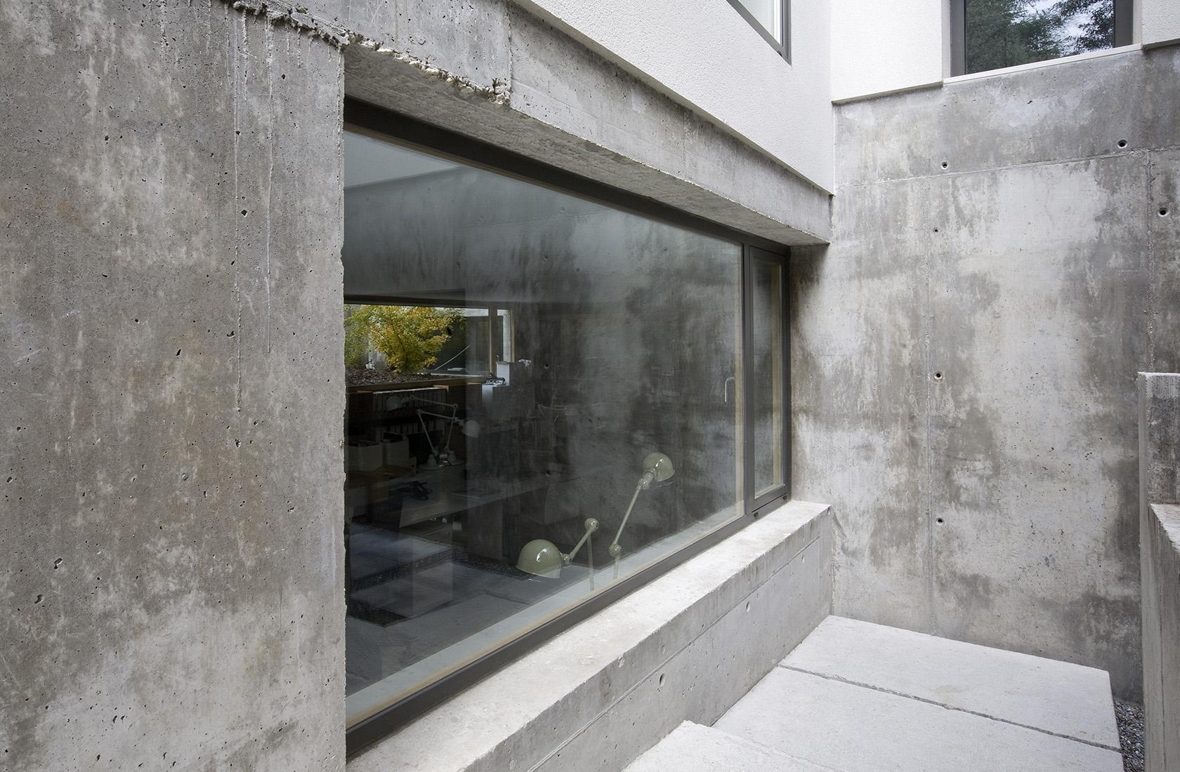 Detalle de los muros de hormigón de las Oficinas de ÁBATON Arquitectura