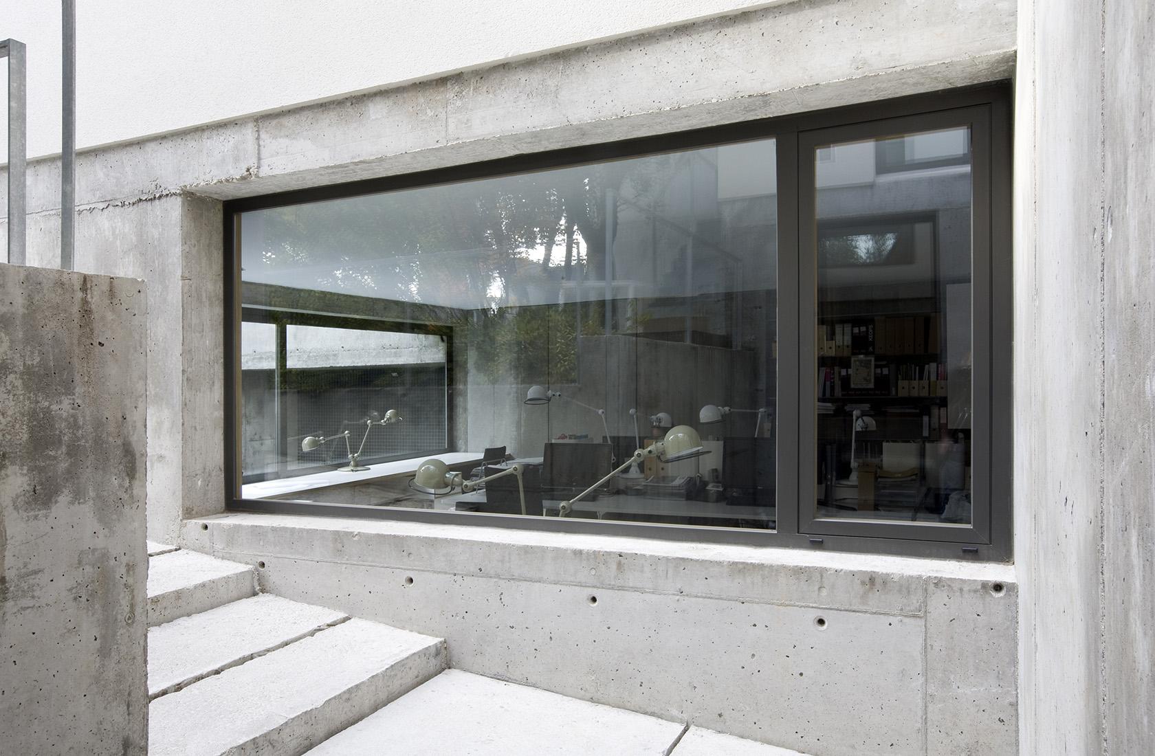 Oficinas de la sede de ÁBATON Arquitectura vistas desde el exterior