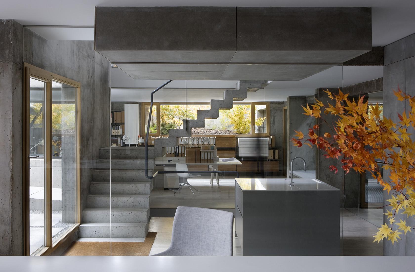 Vista general de la zona de oficinas con luz natural, sede ÁBATON Arquitectura