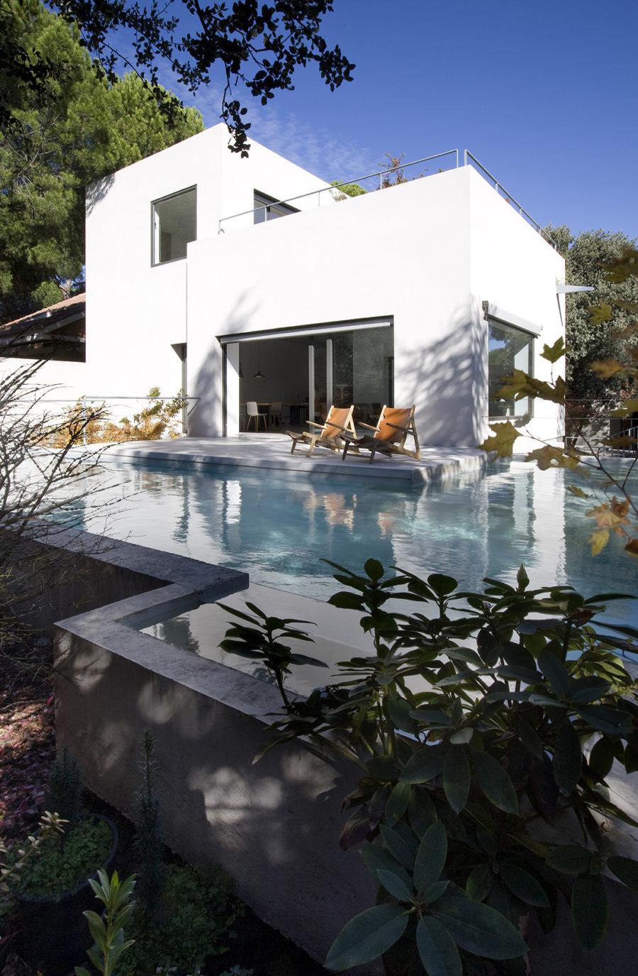 Vista general de la fachada principal y piscina, sede ÁBATON Arquitectura