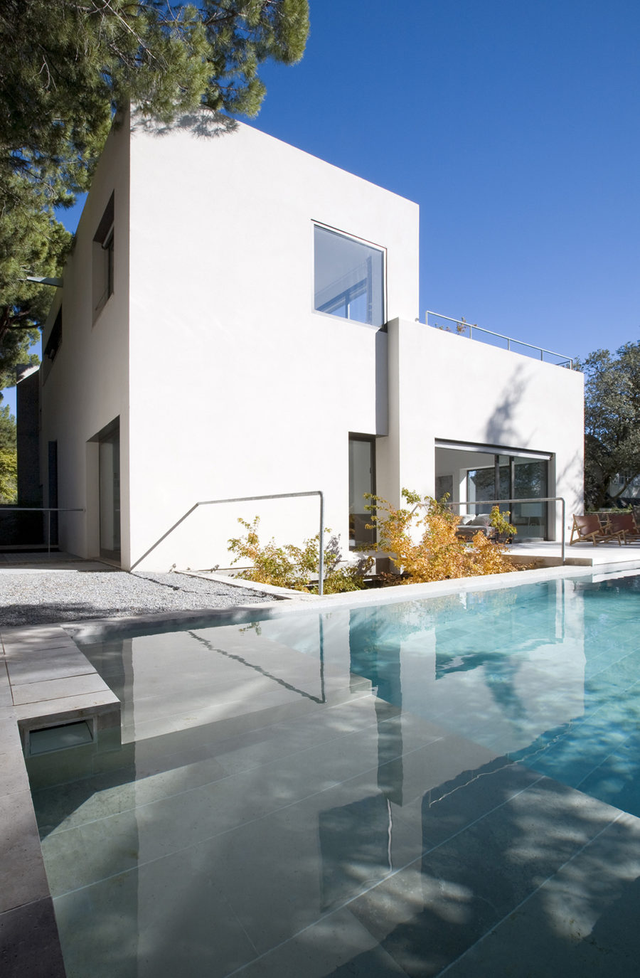 Vista general de la piscina de grandes dimensiones, ÁBATON Arquitectura