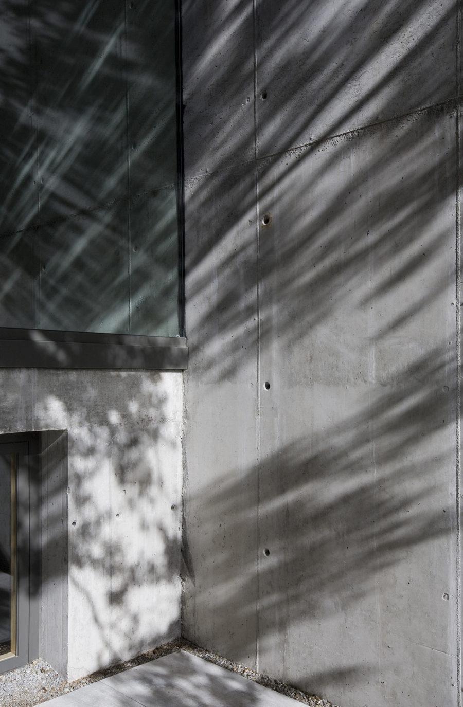 Detalle de los muros de hormigón en la sede de ÁBATON Arquitectura