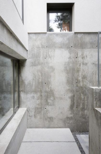Detalle de la fachada de hormigón en la sede de ÁBATON Arquitectura