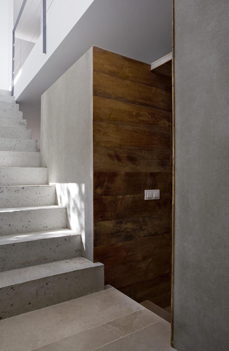 Detalle del cubo central y escalera de hormigón doble peldañeada, ÁBATON Arquitectura
