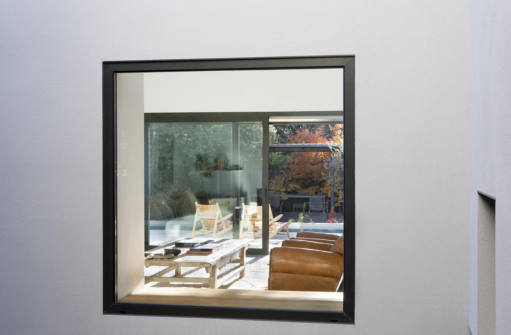 Detalle de la carpintería a medida en ventanas, sede ÁBATON Arquitectura