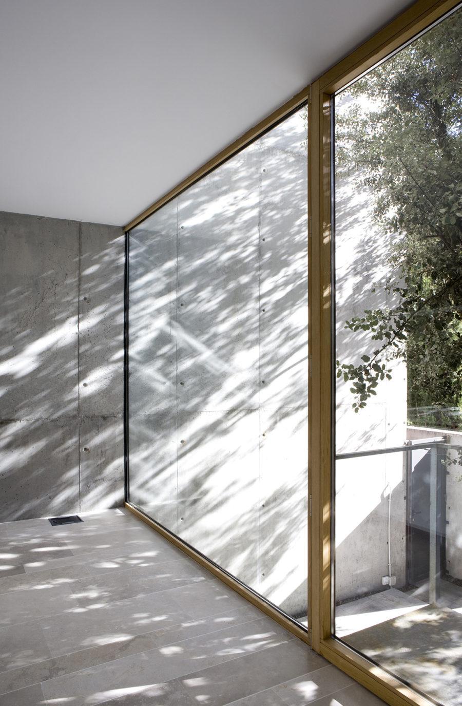 Ventanales con acceso al jardín en la sede de ÁBATON Arquitectura